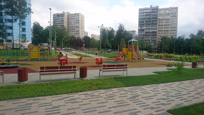 Территория вокруг нового дома № 58 по реновации на проспекте Вернадского