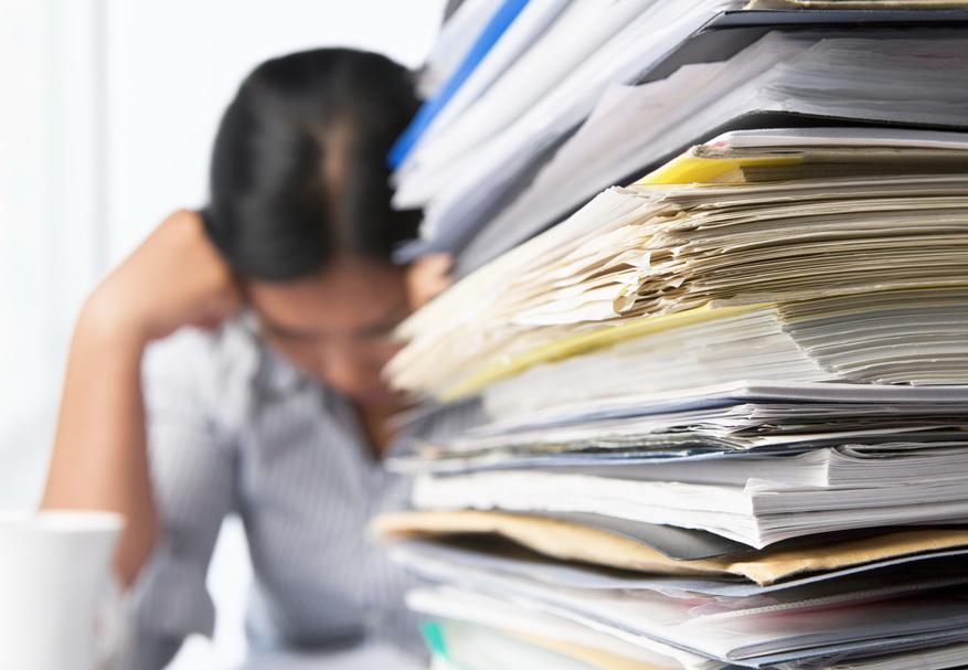 Документы на столе, женщина читает