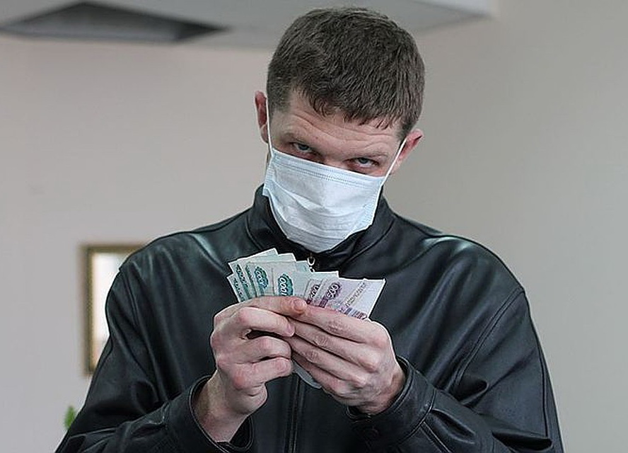 Мужчина в повязке считает деньги
