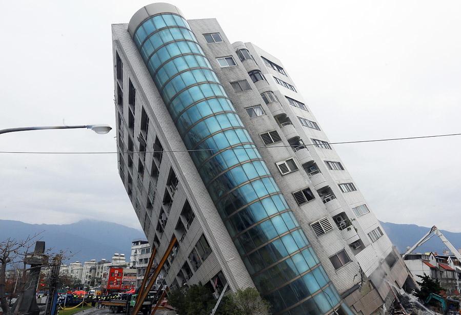 Здание наклонено после землятресения