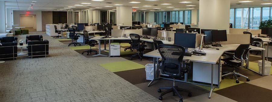 Пустой офис, столы, кресла