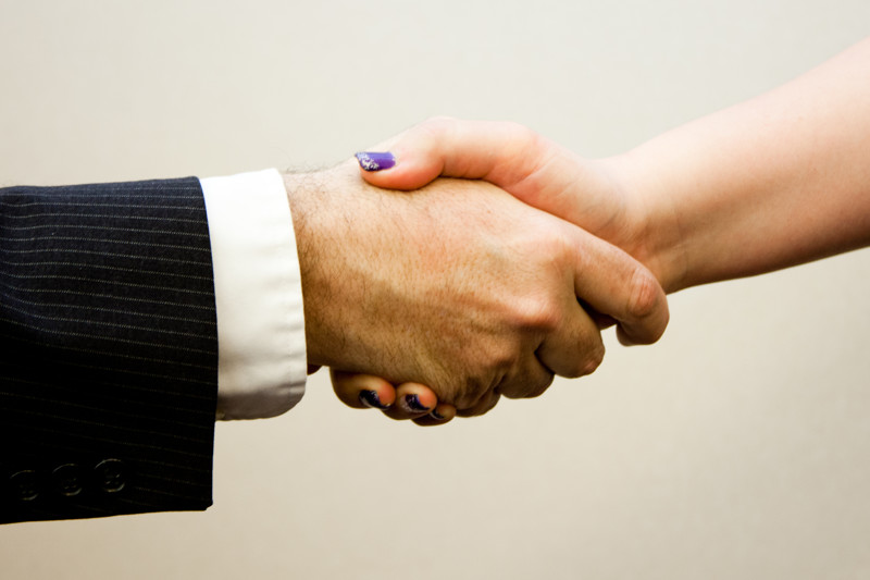 Рукопожатие, мужская и женская рука