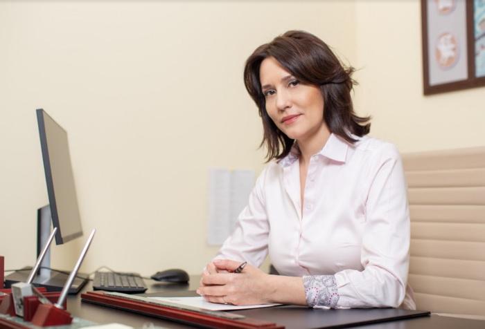 Женщина юрист за столом в кабинете