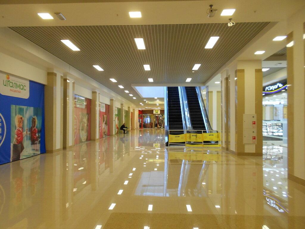 Пустой торговый центр, холл с эскалаторами