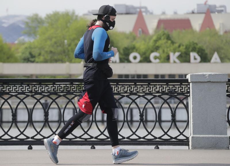 Мужчина на пробежке в маске