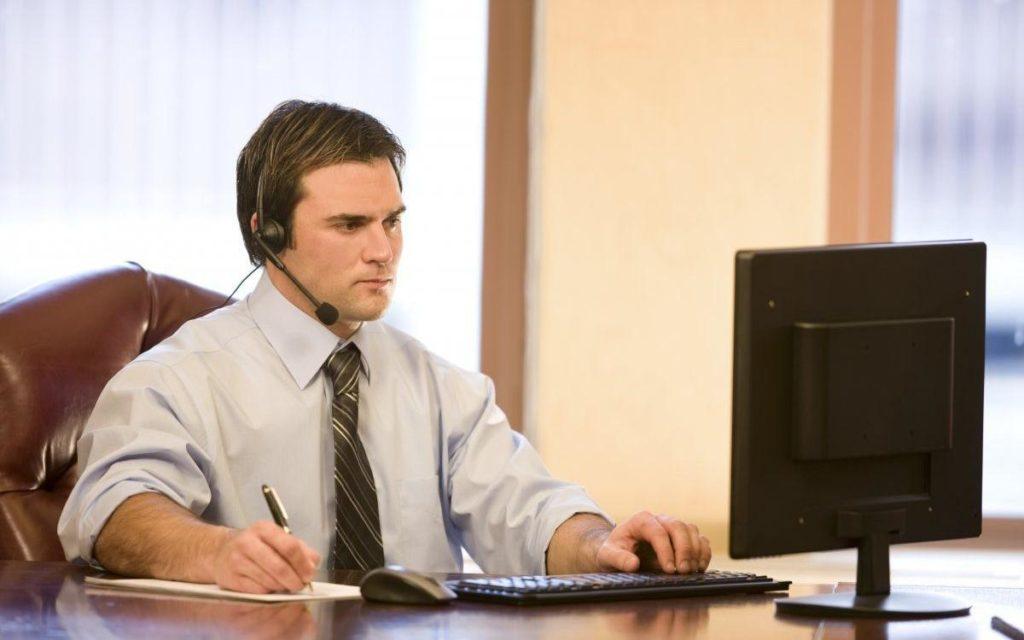 Онлайн юрист, мужчина, стол, компютер