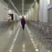 Один человек в пустом зале